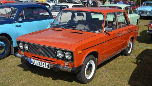 Экспортный вариант автомобиля ВАЗ-2106 Lada-1600 на выставке в Европе - Sputnik Italia
