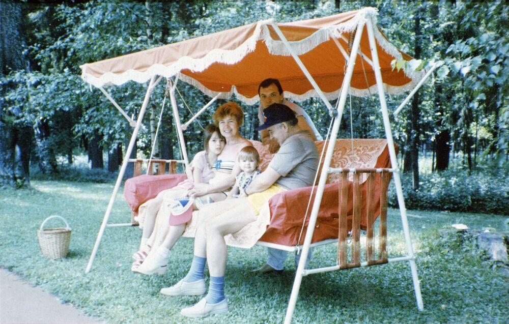 Mikhail Gorbaciov con la sua famiglia nella casa di campagna.