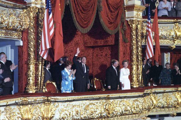 Il presidente degli USA Ronald Reagan con sua moglie e il presidente dell'URSS Mikhail Gorbaciov con sua moglie al balletto nel Teatro Bol'shoj a Mosca. - Sputnik Italia