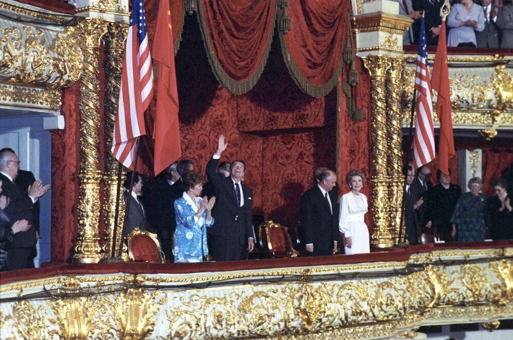 Il presidente degli USA Ronald Reagan con sua moglie e il presidente dell'URSS Mikhail Gorbaciov con sua moglie al balletto nel Teatro Bol'shoj a Mosca.