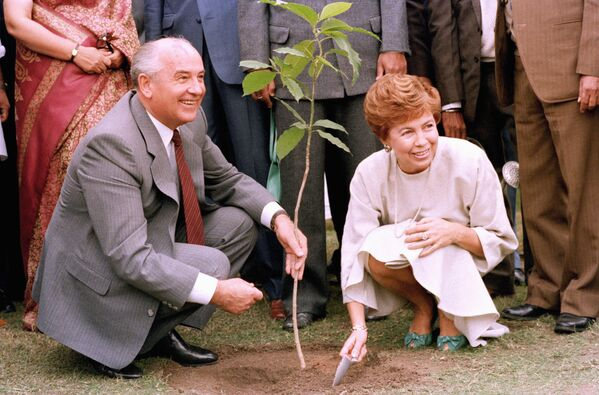 Il Segretario generale del PCUS Mikhail Gorbaciov con sua moglie Raisa Gorbaciova durante la loro visita in India. - Sputnik Italia