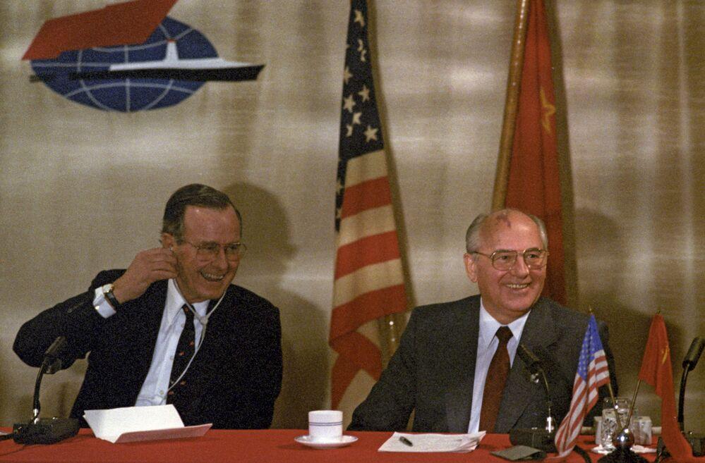 La conferenza stampa congiunta del presidente dell'URSS Mikhail Gorbaciov e il presidente degli USA George Bush a Malta nel 1989.