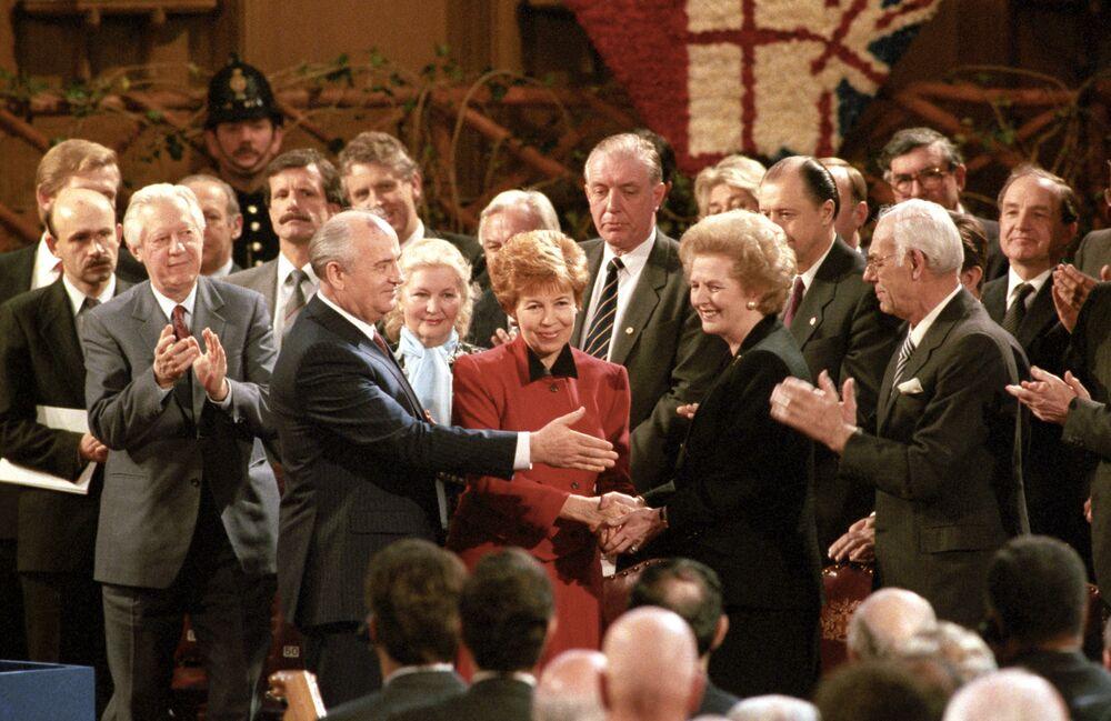 Il Segretario generale del PCUS Mikhail Gorbaciov con sua moglie Raisa e il primo ministro britannico Margaret Thatcher.