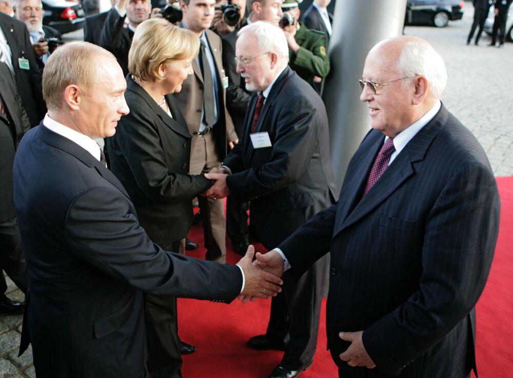 Vladimir Putin, Mikhail Gorbaciov, Angela Merkel, Lothar de Maizière al foro  Petersburger Dialog a Dresda.