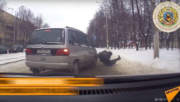 Bielorussia: agente di polizia rischia la vita per salvare un ragazzo - Sputnik Italia