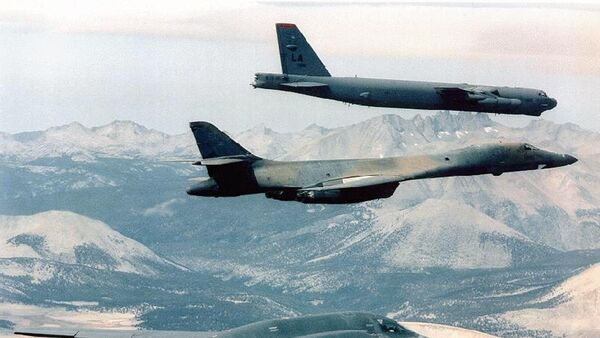 B-2 Spirit (bottom) bomber flying with B-1B (C) and B-52 bombers at an undisclosed location - Sputnik Italia