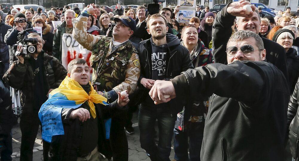Ultranazionalisti ucraini presso l'Ambasciata russa a Kiev (foto d'archivio)