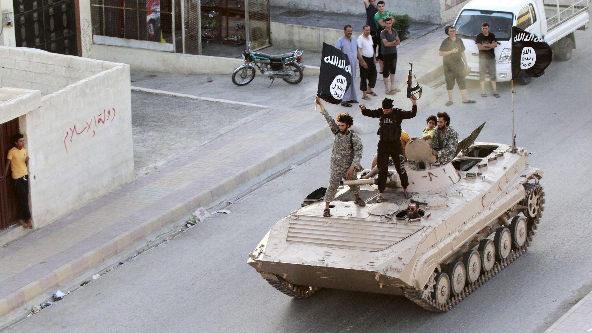 Terroristi del Daesh a Raqqa - Sputnik Italia, 1920, 16.08.2021