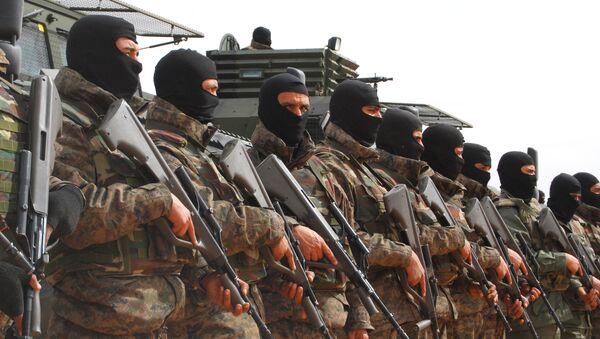 Tunisian soldiers pose during a presentation of the anti-jihadi fence, in near Ben Guerdane, eastern Tunisia. - Sputnik Italia