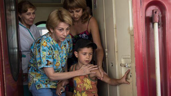 La Dottoressa Lisa con un piccolo del Donbass arrivato a Mosca - Sputnik Italia