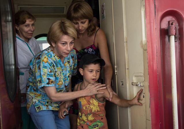 La Dottoressa Lisa con un piccolo del Donbass arrivato a Mosca