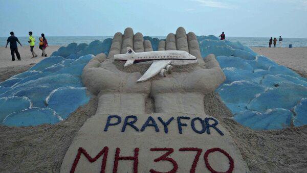 Scultura di sabbia per il volo MH370 - Sputnik Italia