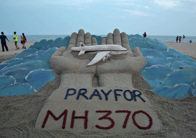 Scultura di sabbia per il volo MH370