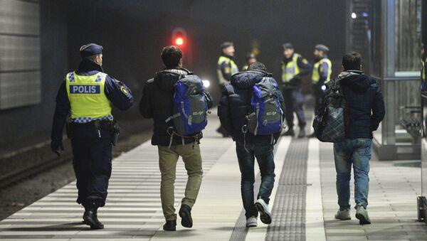 Agente di polizia ha fermato migranti in Svezia. - Sputnik Italia
