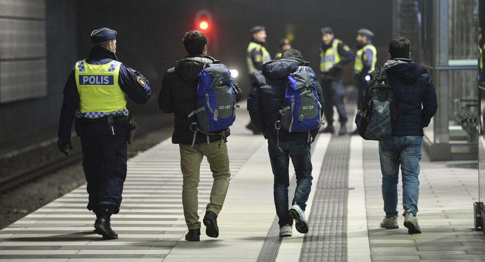 Agente di polizia ha fermato migranti in Svezia.