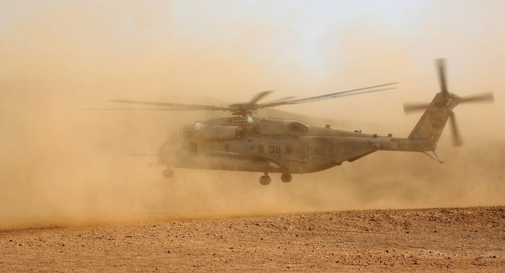 Un CH-53E Super Stallion statunitense atterra nel deserto in Gibuti