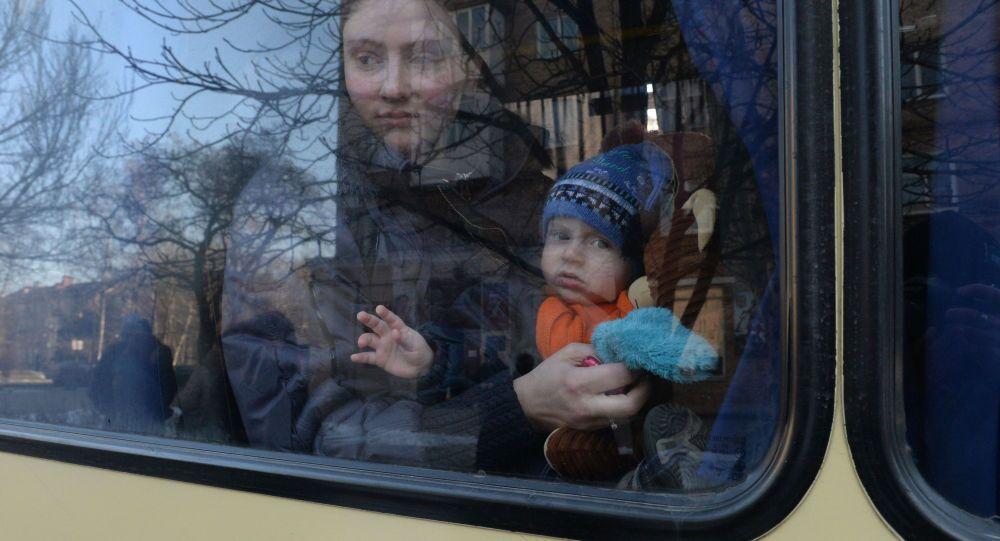 Profughi ucraini in partenza verso la Russia (foto d'archivio)