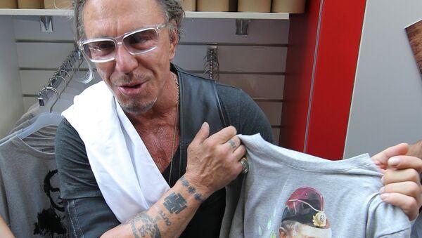 L'attore Mickey Rourke con la t-shirt di Putin - Sputnik Italia