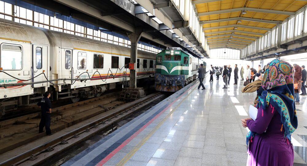 Iraniani alla stazione di Teheran