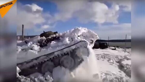 VTT appare da sotto la neve - Sputnik Italia