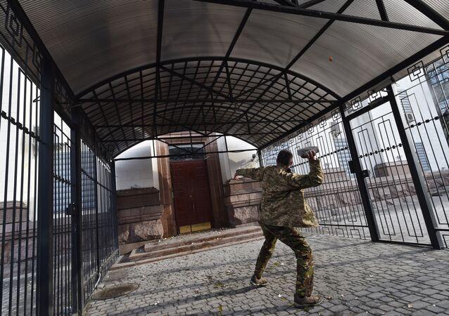 Attacco contro l'ambasciata della Russia a Kiev (foto d'archivio)