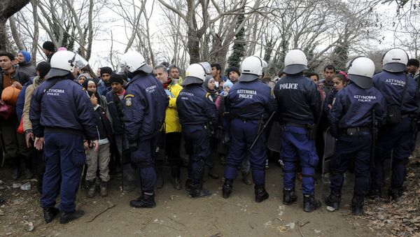 Migranti fermati dalla polizia antisommossa greca al confine tra Grecia e Macedonia - Sputnik Italia