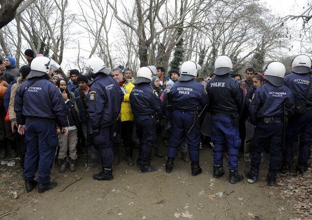 Migranti fermati dalla polizia antisommossa greca al confine tra Grecia e Macedonia