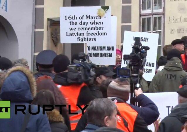 La parata dei veterani a Riga