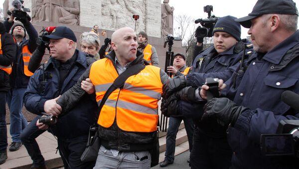 L'arresto del giornalista Graham Phillips a Riga - Sputnik Italia