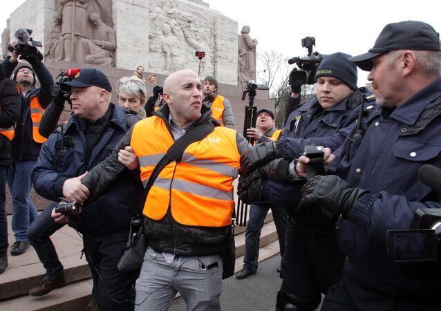 L'arresto del giornalista Graham Phillips a Riga
