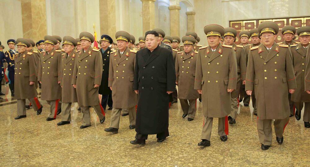 Kim Jong-un con lo Stato Maggiore nordcoreano (foto d'archivio)