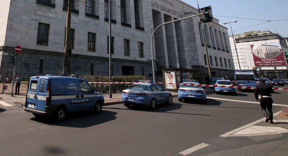 Polizia davanti al Palazzo della Giustizia a Milano.