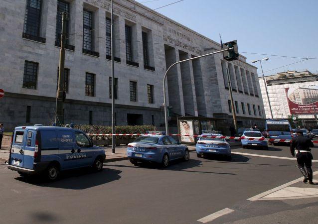 Polizia davanti al Palazzo della Giustizia a Milano. il 9 aprile 2015