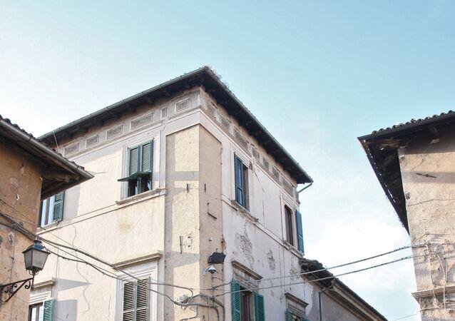 In Italia sarebbe in corso un'asta anche su pacchetti minori fracui le tre caserme dislocate a L'Aquila, Roma e Bari.