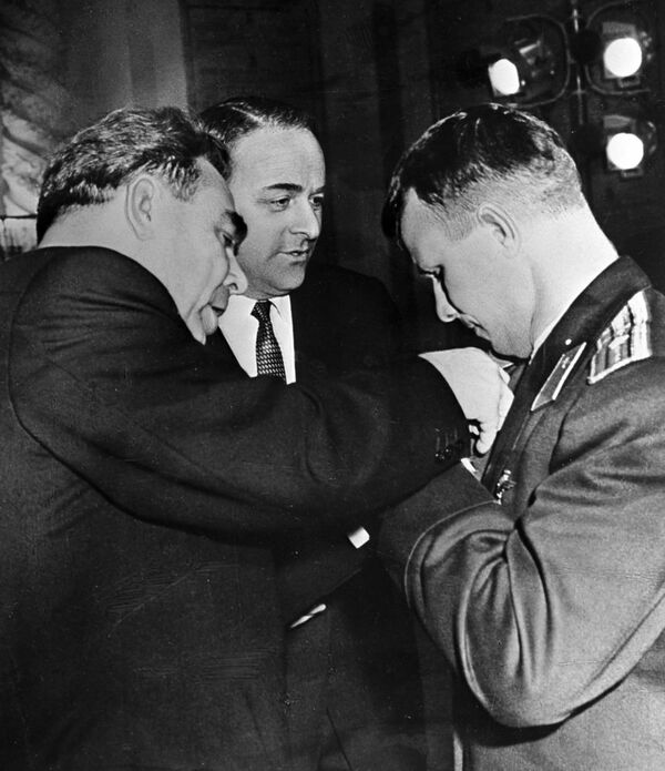 Il presidente dell'URSS Leonid Brezhnev premia Yuri Gagarin. - Sputnik Italia
