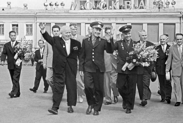 Nikita Krushev insieme ai cosmonauti German Titov e Yuri Gagarin. - Sputnik Italia