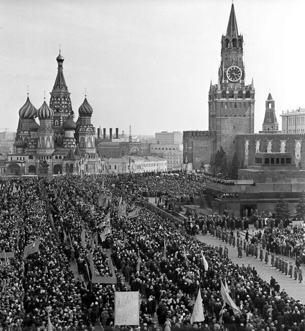 Mosca, la piazza Rossa in festa rende omaggio a Yuri Gagarin. - Sputnik Italia