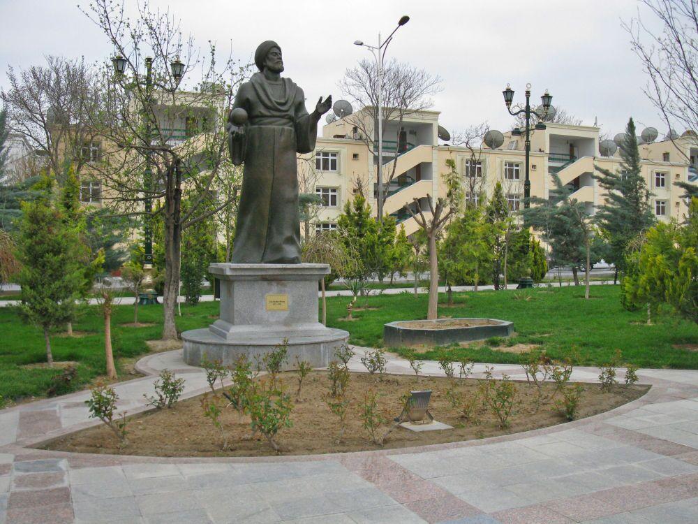 Ashgabat, monumento al poeta Mahtumkuly nel centro della città