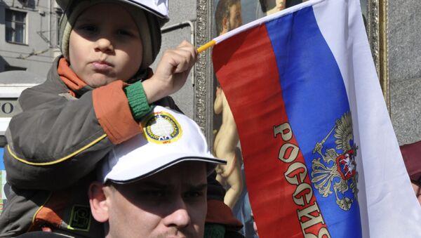 In braccio al papà, con la bandiera russa - Sputnik Italia