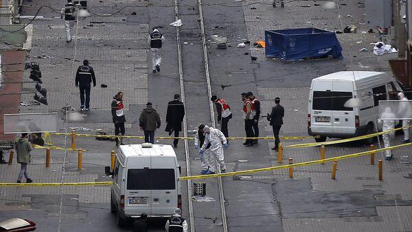 Судебные эксперты на месте теракта в крупном торговом и туристическом районе Стамбула - Sputnik Italia