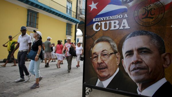 Tourists pass by images of U.S. President Barack Obama and Cuban President Raul Castro in a banner that reads Welcome to Cuba at the entrance of a restaurant in downtown Havana, March 17, 2016. - Sputnik Italia
