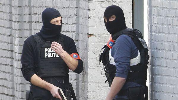 Полицейские во время спецоперации под Брюсселем - Sputnik Italia