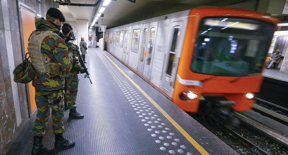 Soldati alla metro di Bruxelles (foto d'archivio)
