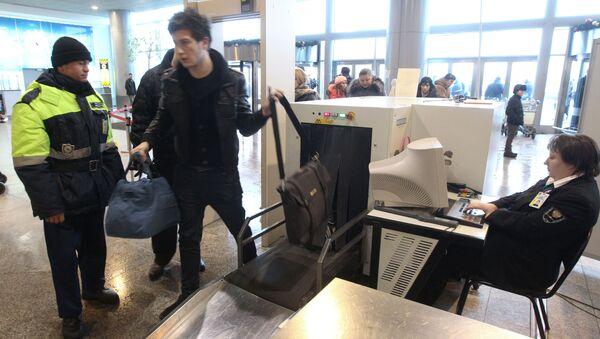 Controllo di sicurezza all'ingresso dell'aeroporto Domodedovo - Sputnik Italia