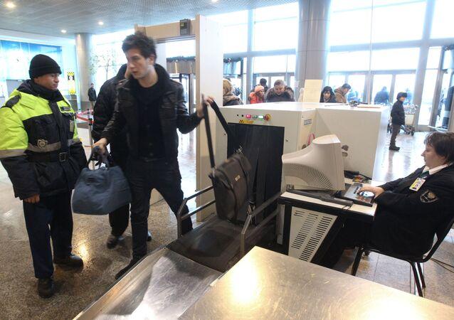 Controllo di sicurezza all'ingresso dell'aeroporto Domodedovo
