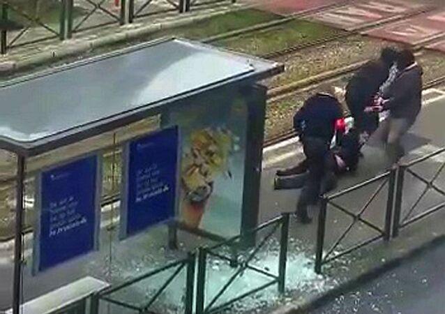 Poliziotti trascinano corpo di sospetto terrorista a Schaerbeek (Bruxelles)