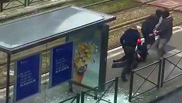 Poliziotti trascinano corpo di sospetto terrorista a Schaerbeek (Bruxelles) - Sputnik Italia