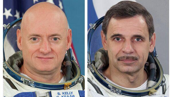 L'astronauta della NASA Scott Kelly (a sinistra) e il cosmonauta russo Mikhail Kornienko - Sputnik Italia