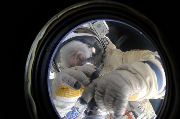 L'uscita del cosmonauta Mikhail Kornienko nello spazio aperto. - Sputnik Italia
