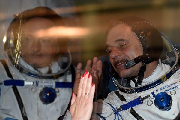 L'astronauta americano Scott Kelly e il cosmonauta russo Mikhail Kornienko a Baikonur prima della partenza il 27 marzo, 2015. - Sputnik Italia